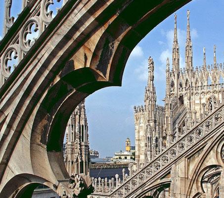 Eine Besonderheit ist das für Touristen begehbare Dach. Es ist wahlweise über eine Treppe oder einen Fahrstuhl erreichbar. Von dort aus bietet sich ein großartiger Panoramablick über die gesamte Stadt sowie an klaren Tagen bis zu den Alpen