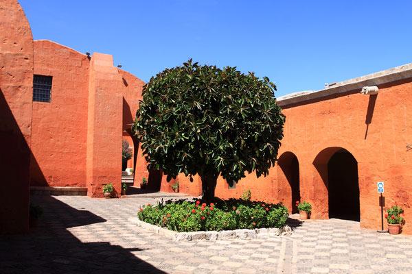 Besonders schön ist immer die Farbgestaltung in den verschiedenen verwinkelten Höfen und Gängen, eine komplette kleine Stadt hinter Klostermauern