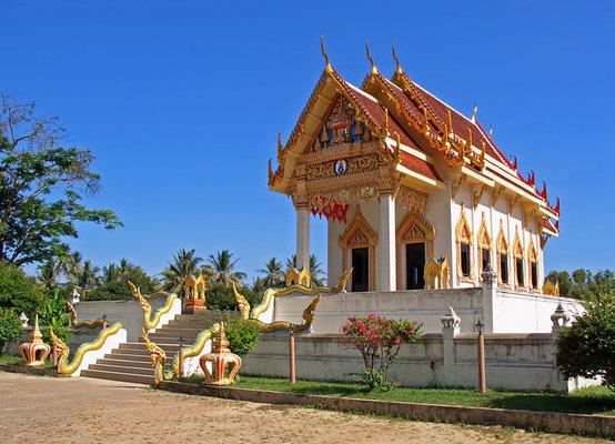 Wat Khunaram  nahe dem Ort Ban Hua Thanon, ist der mumifizierte Leichnam des Mönches Luang Phor Daeng Payasilo zu sehen, der 1973 als 79-jähriger während der Meditation verstarb