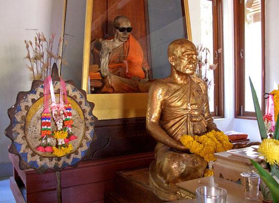 Luang Phoo Dääng hatte den Zeitpunkt seines Todes vorausgesagt und sitzt noch immer in der Meditationshaltung