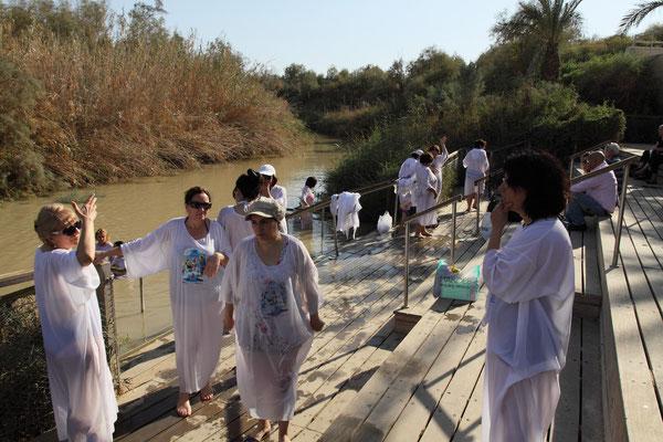 Auch hier kommen Pilger aus aller Welt, um das Ritual der Taufe Jesu nachzuempfinden.
