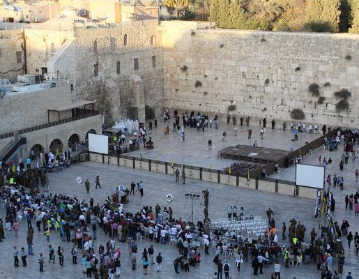 Die Klagemauer, auch Western Wall genannt, ist der einzige Überrest des 2. Tempels und das bedeutendste Heiligtum der Juden. Das Areal davor war früher bebaut, für die Gläubigen und Touristen hat man die Häuser jedoch entfernt.