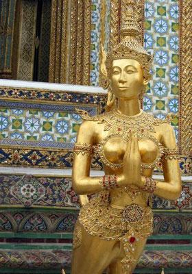 Riesige Yaksha Statuen, goldene Kinnaris und mytholigische Fabelwesen bewachen das Tempelgelände.
