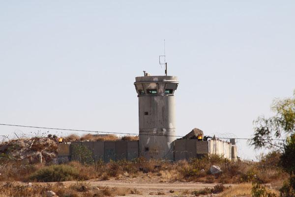 Das Westjordanland ist in 3 Zonen eingeteilt: A-unbegrenzte Selbstverwaltung, B-eingeschränkte Autonomie unter Mitbestimmung der Israelis, C-volle israelische Kontrolle, wie z.B. Ostjerusalem.