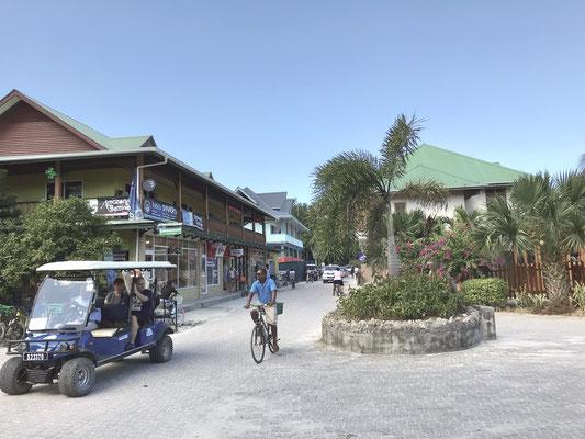 Bis auf Versorgungsfahrzeuge und Polizei gibt es auf La Digue keinen Fahrzeugverkehr. Auf ihr leben nur 2.200 Einwohner nicht nur vom Tourismus, sondern auch vom Export von Vanille, Gewürze und Kokusnüssen.