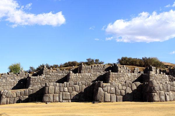 Es handelt sich um einen Komplex mit Trockenmauern, die aus einzelnen Felsblöcken bestehen und ohne Mörtel fugenlos aneinandergefügt wurden.