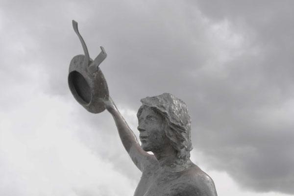 Der Winker begrüßt und verabschiedet die Schiffe im Hafen Klaipedas