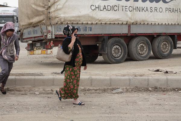 Turkmenische Frauen an der Grenzstation zu Turkmenistan in der kleinen Stadt Sarakhs.