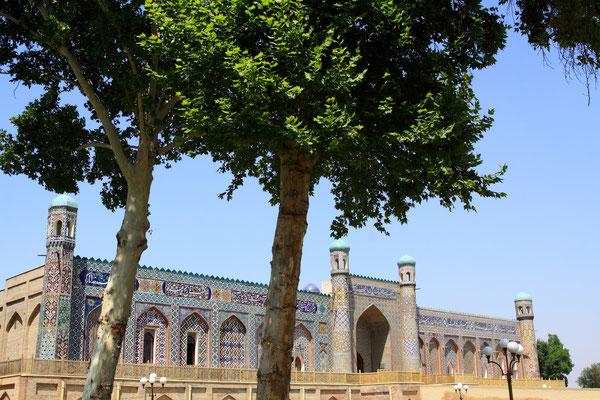 Der Palast des Chan, erst 1871 vom letzten Khan von Kokand vollendet, strahlt prächtig mit seiner 70m langen und bunten Fassade.