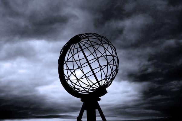 Weltkugel am Nordkap, 520 km über dem nördlichen Polarkreis, 2100 km vom Nordpol entfernt