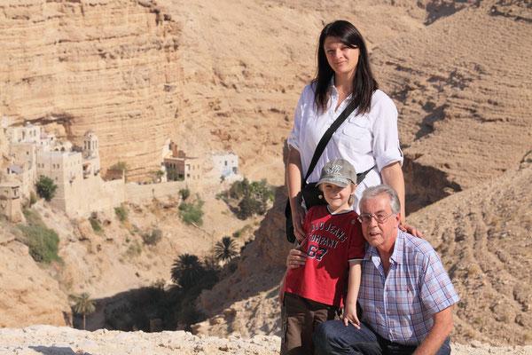 Wer von Jerusalem Richtung Jericho unterwegs ist, findet in einer Felsenschlucht das griechisch-orthodoxe  St.-Georgs-Kloster