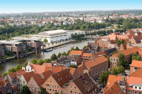 Musik- und Kongresshalle von den Dächern der Altstadt flankiert