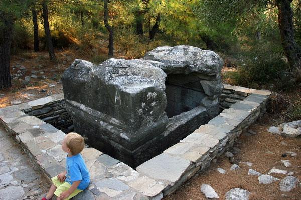 Ruinen mit Resten einer antiken Siedlung aus dem 7. Jhdt. v. Chr., hier ein Sarkophag aus römischer Zeit