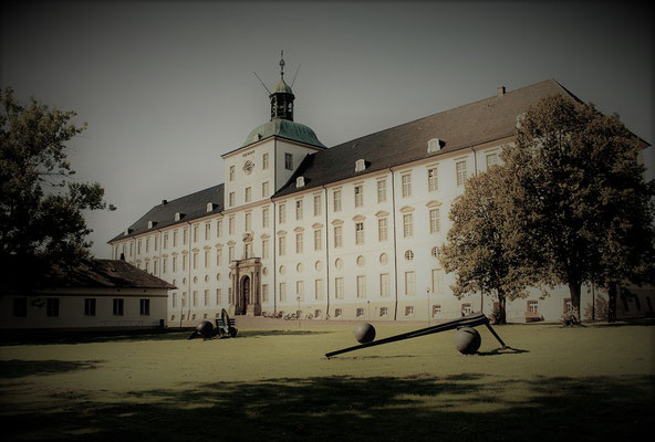 Schloss Gottorf kann auf eine rd. 800-jährige wechselvolle Geschichte zurückblicken. Unter Herzog Friedrich III. (1597-1659) entwickelte es sich zu einem bedeutenden kulturellen Zentrum in Nordeuropa.