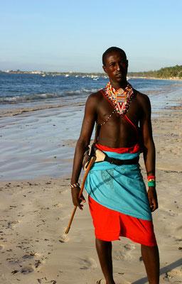 Massaikrieger im traditionellen Gewand