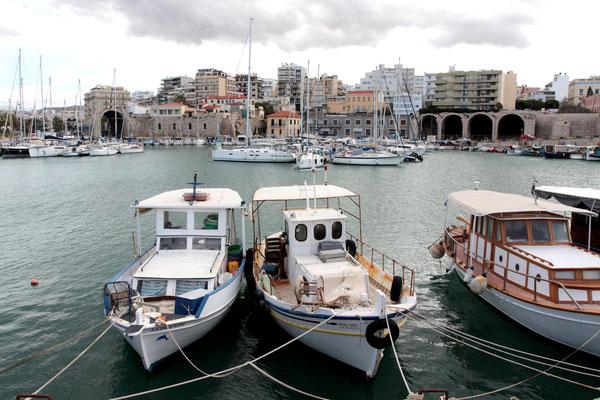 Kreta Hauptstadt Heraklion ist eine quirlige Stadt mit 175.000 Einwohnern. Sie zieht sich über viele Kilometer am Meer wie ein Moloch entlang. Aber es gibt auch sehenswertes wie die historische venezianische Hafenfestung mit ihren Fischerbooten.