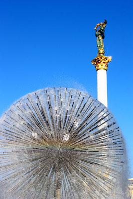 Auf der 38 m hohen Marmorsäule präsentiert eine Ruhmesfigur einen goldenen Zweig.
