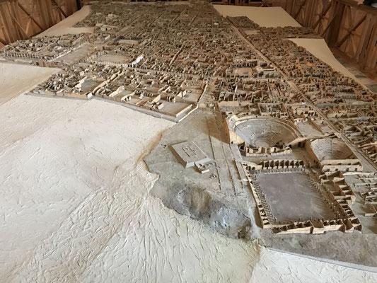 Modell von Pompeji in seiner ganzen Größe, zweimal zerstört. Im Jahre 62 n. Chr. durch ein Erdbeben, dann wieder aufgebaut und zuletzt 79 n. Chr. durch den Vulkanausbruch.