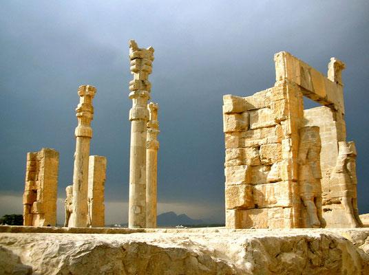 Etwa 40 km von Shiraz entfernt befinden sich die Ruinen der historischen Stadt Persepolis. Achäminidenkönig Darius der Große gründete die Stadt mit dem Namen Parseh etwa 518 v. Chr. Jenseits der Befestigungsmauer das Tor aller Länder.