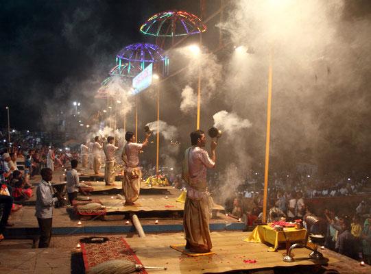 Regelmäßig werden Zeremonien zu Ehren der Göttin Ganga am heiligen Fluss abgehalten