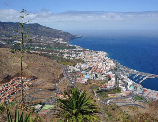La Palma, eigentlich San Miguel de la Palma, ist die nordwestlichste der sieben großen Kanarischen Inseln im Atlantischen Ozean, die eine der siebzehn Autonomen Gemeinschaften Spaniens bilden. Hier: Blick auf die Hauptstadt Santa Cruz