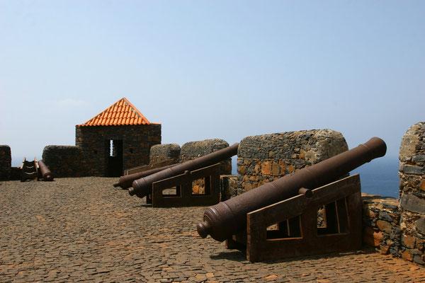 Seewärts gerichtete Kanonen
