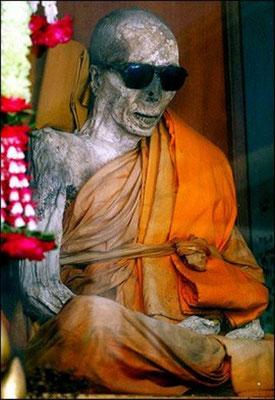 Der Verstorbene  wird täglich von vielen Buddhisten und Touristen besucht. Es werden ihm immer noch regelmäßig die Nägel und Haare geschnitten, sein Körper verweste trotz des tropischen Klimas nicht.