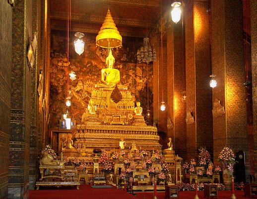 m Inneren des Tempels thront auf einem goldenen Altar in 11 Meter Höhe ein Smaragdbuddha. Er ist das wichtigste religiöse Symbol des Landes, ist aber nicht aus einem Smaragd gefertigt, sondern besteht aus Jade
