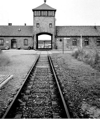 Auschwitz II Birkenau: Durchfahrtstor der Transportzüge, das Torhaus war Amtsstube der SS