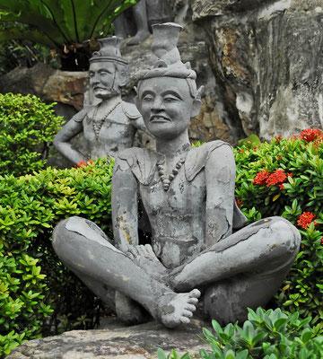 Statue in Yogahaltung:  der Wat Pho ist ein Zentrum der traditionellen Medizin mit anerkanntem Institut für Massage