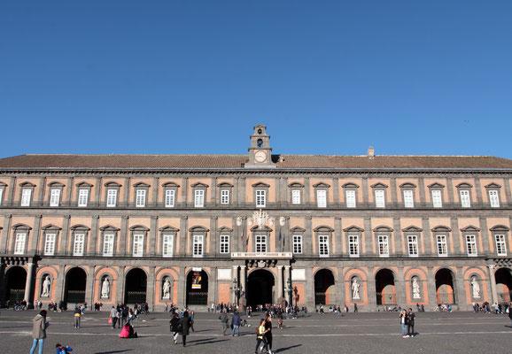 Ein  bekanntes Wahrzeichen ist der prächtige Königspalast, der Palazzo Reale von 1602.