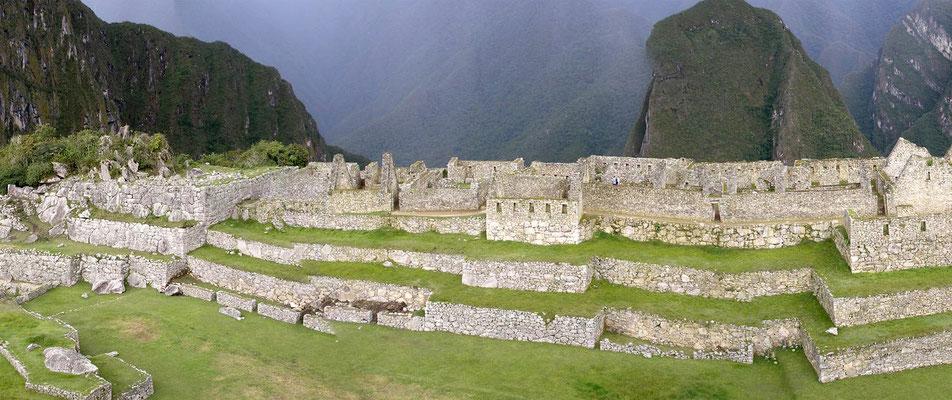 Großer Versammlungsplatz mit Gästehäusern.