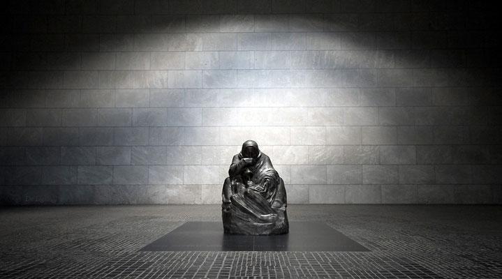 Skulptur Mutter mit totem Sohn von Käthe Kollwitz