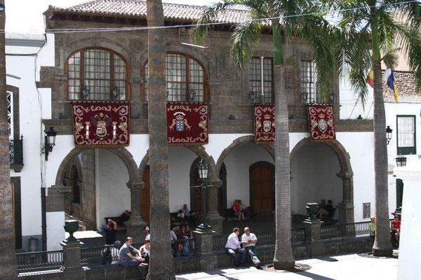 das alte Rathaus aus dem 16. Jahrhundert mit hölzerner Kassettendecke