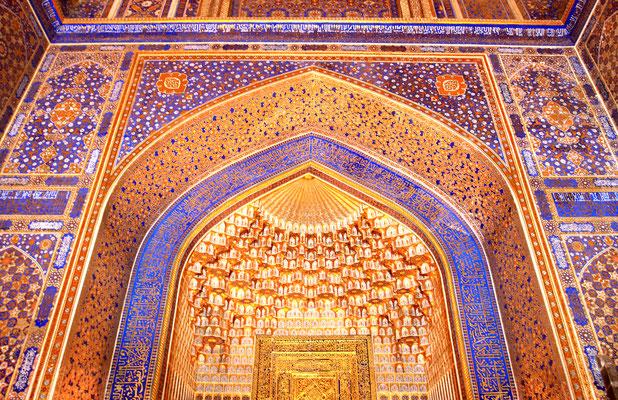 Unfaßbar schöne Auskleidung der Tilya-Kori-Medrese, an der Stirnseite des Platzes gelegen