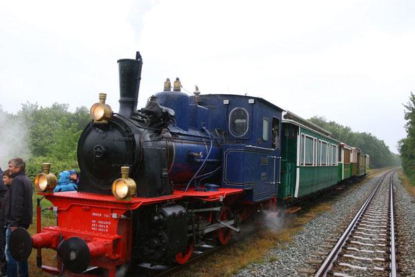 Borkumer Kleinbahn: Die sieben Kilometer lange, zum Teil zweigleisige Inselbahnstrecke wurde 1888 fertiggestellt und verbindet den Ort mit dem Fähranleger.