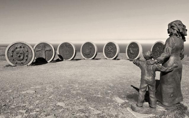 Children of the world. Eine Skulptur auf dem Nordkap-Plateau. Kinder von 7 Kontinenten haben die runden Scheiben entworfen.