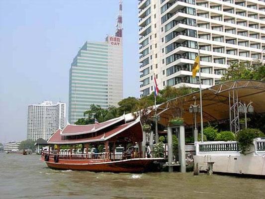 Dschunken am Chao-Phraya-Fluss