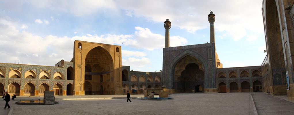 Weit am Ende der Palastanlagen und den Bazaren mit ihren vielen historischen  Karawansereien liegt die Freitagsmoschee, die in ihrem Ursprüngen bis in das 8. Jhdt. zurückgeht und somit die älteste Moschee des Irans ist.
