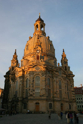 Die Frauenkirche in Dresden ist eine evangelisch-lutherische Kirche des Barocks und der prägende Monumentalbau am Dresdner Neumarkts.. Sie gilt als prachtvolles Zeugnis des Sakralbaus und verfügt über eine der größten Kirchenkuppeln