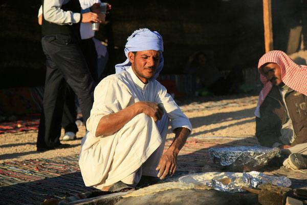 unser Gastgeber beim Brot backen