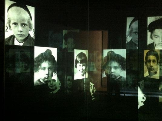 In einem dunklem Raum spiegeln sich durch Kerzen 1,5 Mio. Lichter für jedes ermordete Kind. Eine Frauenstimme, verknüpft mit esotherischen Klängen, nennt fortlaufend all ihre Namen - da bleibt kein Auge trocken.