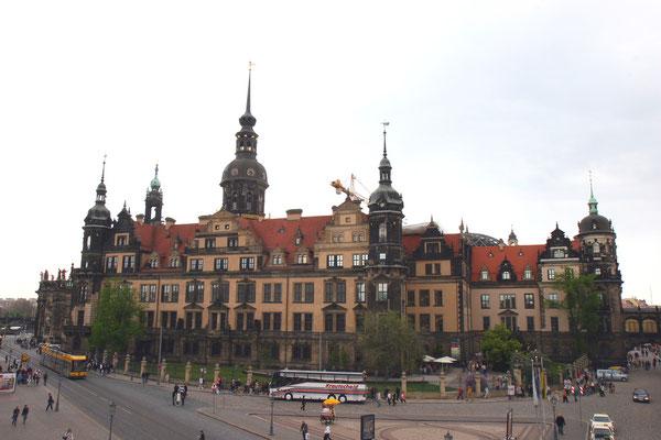 Das Dresdner Schloss war das Residenzschloss der sächsischen Kurfürsten (1547–1806) und Könige (1806–1918). Infolge der Luftangriffe auf Dresden gegen Ende des Zweiten Weltkriegs brannte am 13. Februar 1945 das Schloss bis auf seine Grundmauern nieder
