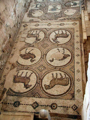 Von ihr sind noch die originalen Bodenmosaiken aus dem 6. Jhdt. erhalten