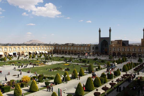 Im Hintergrund die riesige Masdjid-e Imam als königliche Moschee konzipiert. 1612 wurde mit ihrem Bau begonnen