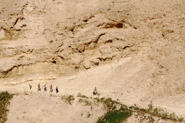 Viele Pilgergruppen, die zu Fuß etwa 2 Std. unterwegs sind, erreichen dann den Eingang zu dieser imposanten Höhlenkirche.