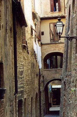 Die Stadt wird beherrscht von einer heute als Staatsgefängnis benutzten Festung der Medici