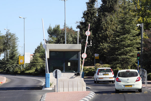 Da die Autonomiegebiete keinen zusammenhängendes Staatsgebiet ergeben, gleichen sie eher einem Flickenteppich, als einem Staatsterritorium. Jedesmal wenn man das Gebiet Israels verlässt, passiert man die checkpoints, insgesamt 510 sind eingerichtet.
