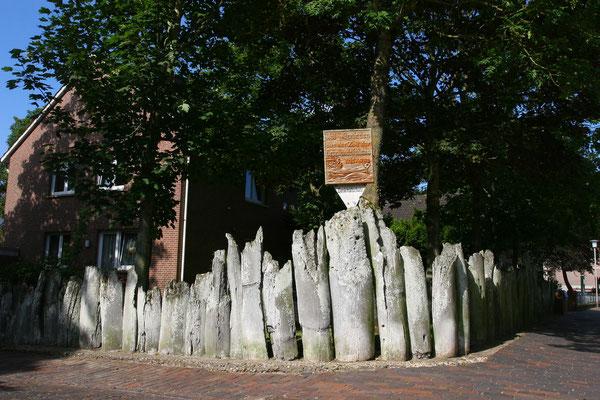 Das Grundstück am Pfarrhaus ist mit einem Zaun aus Walkinnladen umgeben, die ein erolgreicher Kapitän von seinen Walfangfahrten 1715–1782 mitgebrachte. Die Überbleibsel verwittern jedoch langsam.