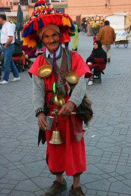 Willkommen in Marrakesch-Wasserverkäufer in historischem Gewand